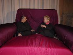 Consolata Pralormo, organizzatrice, e Paola Navone, progettista degli allestimenti. PER FILO E PER SEGNO Palazzo Carignano, Torino 2002