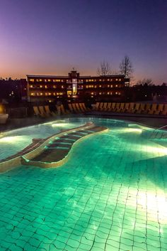 Dieses Bild zeigt das Außenbecken der Therme Stegersbach und das Thermenhotel PuchasPlus bei Nacht #PuchasPlus