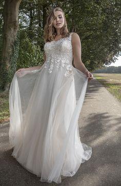Soepelvallende trouwjurk bohemian stijl voor bruid met maatje meer.