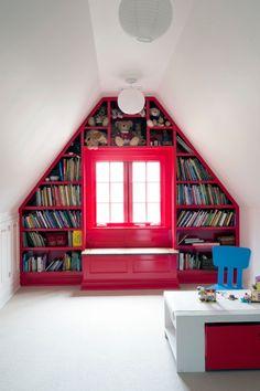 Kinderzimmer mit Satteldach-Wohnideen für Dachschrägen nutzen-Einbauregale