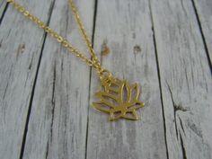 Die filigrane Lotusblüte besteht aus vergoldetem Silber.   Die Kette hat eine Gesamtlänge von ca. 41 cm und wird deinen Hals umspielen.   Material: vergoldeter Anhänger / feine, goldfarbene...