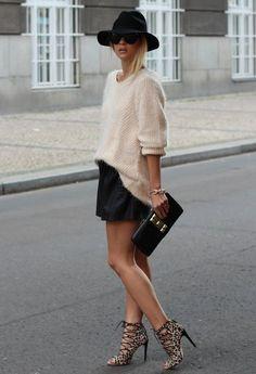 suéter baige, short negro y zapatos abiertos leopardo