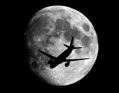 Luna y avión de Sebastian Lebrigand