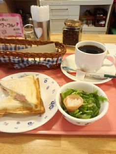 今日のお昼ご飯はホットサンド玉子味とブレンドコーヒーホットいただいています。おいしいです。