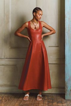 The complete Oscar de la Renta Pre-Fall 2020 fashion show now on Vogue Runway. Vogue Fashion, Fashion 2020, Look Fashion, Runway Fashion, Autumn Fashion, Womens Fashion, Fashion Design, Fashion Trends, High Fashion