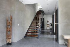 Eteisen tyylikäs betoniseinä ja portaikko