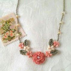Gargantilla realizada con flor