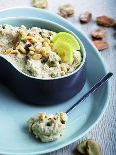 Φάβα από ξερά κουκιά με καβουρδισμένα κουκουνάρια - www.olivemagazine.gr