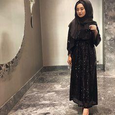 Image may contain: 1 person standing Tesettür Makyajı Modelleri 2020 Hijab Abaya, Hijab Dress, Modesty Fashion, Abaya Fashion, Muslim Wedding Dresses, Casual Hijab Outfit, Arab Girls, Mode Hijab, Modest Outfits