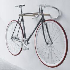 Warum sollen wir für zwei Holzstäbe, die mit zwei Dübeln in der Wand befestigt werden 65 Euro bezahlen? Ganz einfach: Weil wir unser Rad lieben und es ganz nah bei uns in der Wohnung haben wollen. Weil die heutigen Fahrräder unglaublich dekorativ sind. Weil die Idee so minimalistisch und dabei so genial simpel ist. Genau deswegen.