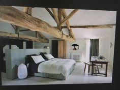 masterbedroom; doorkijk naar puntdak en houten spanten