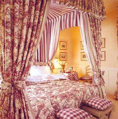 Красная ткань Toile de Jouy в интерьере женской спальни