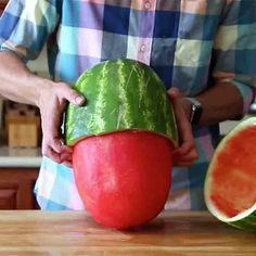 This Insane Watermelon Skinning Trick Will Make a i to in the time to in in theYour Jaw Drop: We all know how to cut watermelon into cubes and slices, but how many times have your guests really been impressed with those shapes? Fruit Recipes, Cooking Recipes, Healthy Recipes, Cooking Hacks, Healthy Snacks, Cut Watermelon, Watermelon Hacks, Little Lunch, Good Food