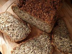Loading... Brot ohne Mehl glutenarm, vegan Zutaten für 1 Portionen: 290 g Haferflocken 270 g Sonnenblumenkerne 180 g Leinsamen 65 g Sesam 65 g Kürbiskerne 4 TL Chiasamen 8 EL Flohsamenschalen 2 TL Meersalz 2 EL Agavendicksaft 6 EL Öl 700 ml Wasser, warm Verfasser: Teilzeitveganerin Alle trockenen Zutaten werden im Mixer geschrotet und anschließend