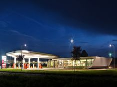 Gazoline Petrol Station Design by Damilano Studio Architects - Architecture & Interior Design Ideas and Online Archives Amazing Architecture, Architecture Design, Resorts, Area Comercial, Car Station, Round The World Trip, Sweet Home, Modern Cafe, Old Gas Stations