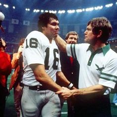 Philadelphia coach Dick Vermeil congratulates QB Jim Plunkett after the Raiders beat the Eagles in Super Bowl XV. Plunkett was named MVP after throwing for 261 yards and three touchdowns. Oakland Raiders Football, Raiders Fans, Nfl Football, Raider Nation, Sin City, Philadelphia Eagles, Coaching, Guys, Sports