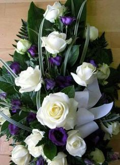 Purple and White Bouquet Indoor Flowers, All Flowers, Amazing Flowers, My Flower, Ikebana Sogetsu, Rose Images, Belleza Natural, Rose Bouquet, White Roses