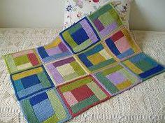 Si chiamano coperte Log Cabin e sono formate da un quadrato centrale e dei rettangoli intorno. sono le tipiche coperte americane e ne...