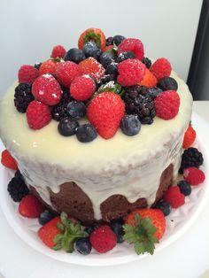 Naked cake chocolate com frutas vermelhas
