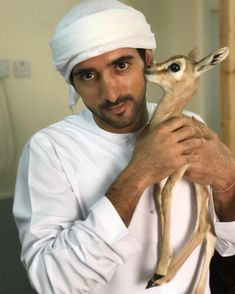 Crown Prince of Dubai by name, Dr Dolittle by nature. Prince Héritier, Prince Crown, Royal Prince, Princess Haya, Royal Family Pictures, Kate Middleton Wedding, Handsome Arab Men, Prince Mohammed, Instagram King