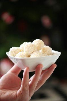 kokosowe trufle z kaszy jaglanej Healthy Deserts, Healthy Sweets, Healthy Snacks, Healthy Recipes, Healthy Eating, No Bake Desserts, Dessert Recipes, My Favorite Food, Favorite Recipes