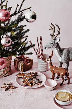 Beautiful Christmas Holiday Tree Decorating Inspirations and 40 Creative DIY Christmas Holidays Gift Wrapping Ideas for Your Inspiration. Christmas Mood, Merry Little Christmas, Noel Christmas, Pink Christmas, All Things Christmas, Vintage Christmas, Christmas Cookies, Country Christmas, Woodland Christmas