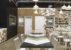 moderne Kafeteria mehrfarbige Holzmöbel weiße Akzente