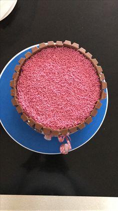 Taart babyshower KitKat en roze hagelslag. Vulling slagroom