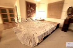 Narzuta na łóżko z kompletem poduszek. Tkanina żakardowa świetnie poddaje się wszelkim rzeźbieniom, gnieceniom, które nadają niepowtarzalny charakter wnętrzom. on Jola Szala - Siła kobiecego ubrania  http://jolaszala.com/o-tkaninach1/lozko/#sg1