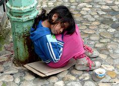 jetzt - armut in Bosnien/ saubere Kleidung, dreckige Schuhe. Ihre Eltern schicken sie zum betteln und arbeiten mit Banden gemeinsam.