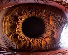 Extreme closeup van een oog. Lijkt wel een maankrater! Via NSMBL.nl