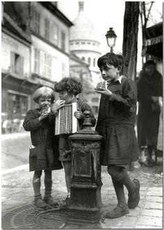 """Anonyme - Enfants dans Paris, 1937, photographie anonyme """"Le Paris que vous aimâtes n'est pas celui que nous aimons et nous nous dirigeons sans hâte vers celui que nous oublierons Topographies! itinéraires! dérives à travers la ville! souvenirs des anciens horaires! que la mémoire est difficile… Et sans un plan sous les yeux on ne nous comprendra plus car tout ceci n'est que jeu et l'oubli d'un temps perdu""""  L'Amphion; Raymond QUENEAU, Les Ziaux (1920-1943) in Si tu t'imagines…"""