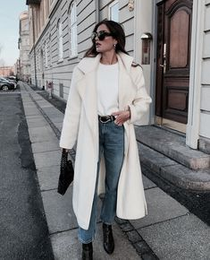 Classic and simple blue jeans outfits for winter. Despite the chilly conditions outside, you can still have fun and wear your trusty jeans and look great every day. Fashion Mode, Girl Fashion, Fashion Outfits, Fashion Trends, Fashion Beauty, Fashion Pics, Classy Fashion, Beauty Style, Fashion Clothes