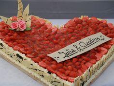 Tabler Torten. Super feine Hochzeits-Torte mit frischen Erdbeeren.