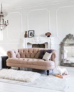 FLASH FWD > to my (imaginary) boudoir - I totes need my 'Rose' moment on this couch! Kiddddding! Maybe! { image via French Bedroom Company UK } #helloilivehere
