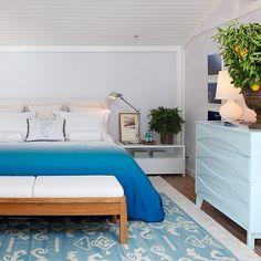 O ambiente da Carolina Hirt (@carolhirt), na nossa mostra de 2013, é charmoso, aconchegante e atemporal. Ela aposta na cor azul, móveis brancos e na madeira para criar um quarto com um clima de praia 🏄🏼☀️ #quartosetc #mostraquartosetc #aconchego #quarto #atemporal #azul #decor #decoracao #decoracaointeriores #decorating #decoration #decorstyle #design #designdeinteriores #detail #detalhes #charmoso #homedecor #picoftheday  #inspiration #saopaulo #praia #verao