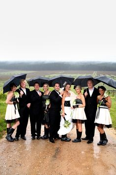 Don't let the wet weather dampen your spirits - they could even define them! Here Mark_Lyzette0102  rainy wedding shows the way forward, fashion-wise : galoshes and umbrellas! (we call galoshes 'gumboots' here)
