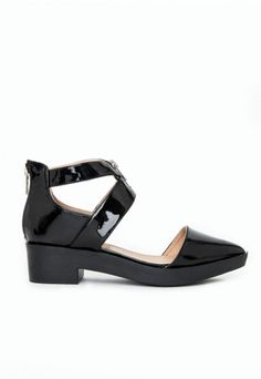 Go all out with your #flatshoes this season for a cool yet casual update to your #shoe/#boot collection. These patent flats feature a statement #patent pointed toe and cut out detailing which can take you from day to night. Team these with #Missguided ripped mom jeans and knitwear pieces for an effortless look.