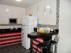 A decoração de sua cozinha, de 6,3 m². A bancada faz com que a cozinha pareça maior.