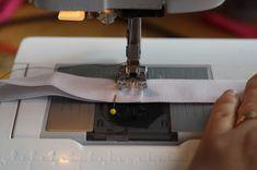 Hazeltjes: Elastiek inzetten met de lockmachine Office Supplies, Sewing, Dressmaking, Stationery, Sew, Stitching, Full Sew In, Costura