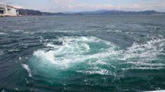 【徳島県】 若山信幸さん(鳴門観光汽船株式会社 代表取締役)に聞きました。/Q.2おすすめの瀬戸内のスポット/自慢の瀬戸内の一品を教えて下さい。………A.それは、当然世界三大潮流の一つに数えられている渦潮が巻く鳴門海峡です。  鳴門の渦潮は、潮の干満により、太平洋側と瀬戸内海側に水位の差が出来て、早い潮流となり、鳴門海峡の地形とあいまって最大で直径15メートルもの世界でもまれな大きな渦潮が巻きます。満月や新月の頃の大潮時には、ほんとうに迫力のある大きな渦潮が次々と巻いては流れ、流れては消え、又その後に新しい渦潮が次々と無数に出来る自然が創り出すすばらしい景観で圧倒されてしまいます。  また、大きな渦潮が巻いている近くには、小さな渦潮が巻いているところがあります。そこは海底に当たった潮流が水面へと吹き上げているところで、周りの波立った海面とは違い、穏やかなのっぺりとした海面に発生しており、大きな渦潮とは違う全く別の表情をみせてくれます。  #Tokushima_Japan #Setouchi