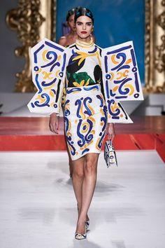 Moschino Spring 2020 Ready-to-Wear Fashion Show - Vogue Fashion Week, Look Fashion, Runway Fashion, Spring Fashion, High Fashion, Fashion Design, Milan Fashion, Moschino, Fernanda Yamamoto