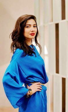 Mahira Khan is one of the most popular and highest-paid actresses in Pakistan. She recently debuted in Bollywood opposite Shahrukh Khan in Raees film. Mahira Khan Age, Mahira Khan Pics, Mahira Khan Dresses, Pakistani Actress, Bollywood Actress, Diva Fashion, Look Fashion, Hottest Female Celebrities, Celebs