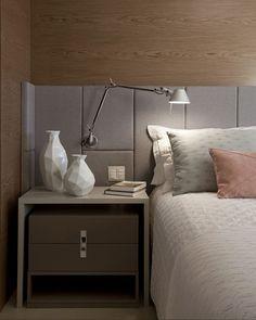 Inspiração aconchegante para o quarto: parede revestida com madeira louro-pardo e cabeceira de tecido cinza! Décor da arquiteta Juliana Pippi (@julianapippi). #casavogue #decoração #quarto