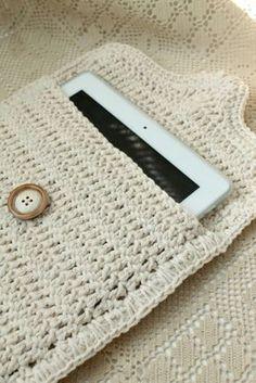 Crochet: iPad case - no pattern but looks easy Love Crochet, Crochet Gifts, Diy Crochet, Crochet Ideas, Crochet Poncho, Blanket Crochet, Double Crochet, Crochet Ipad Case, Crochet Phone Cases