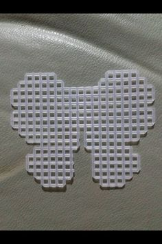 Pattern: Butterfly in Plastic Canvas. Molde de Mariposa Pattern: Butterfly in Plastic Canvas. Plastic Canvas Letters, Plastic Canvas Stitches, Plastic Canvas Ornaments, Plastic Canvas Christmas, Plastic Canvas Crafts, Canvas Designs, Canvas Patterns, Craft Patterns, Tissue Box Covers