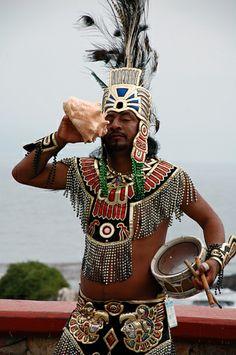 danzante azteca tocando el caracol...sonido extraordinario.