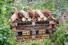 Perennial Flower Gardening - 5 Methods For A Great Backyard Pallets-And-Roof-Tiles-Bee-And-Bug-Hotel Garden Bugs, Garden Insects, Garden Pests, Garden Art, Bug Hotel, Mason Bees, Bee House, Urban Nature, Plantation