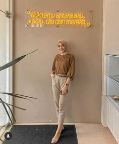 Upgrade Yourself: No Need to Hesitate, There Is Always Goodness in Your Seriousness Using a Hijab - Ceng Health Modern Hijab Fashion, Street Hijab Fashion, Hijab Fashion Inspiration, Muslim Fashion, Fashion Outfits, Casual Hijab Outfit, Ootd Hijab, Hijab Chic, Dm Foto