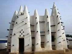 Larabanga Mosque in #Ghana is one of the oldest mud & stick mosques on the continent  #discover #learn